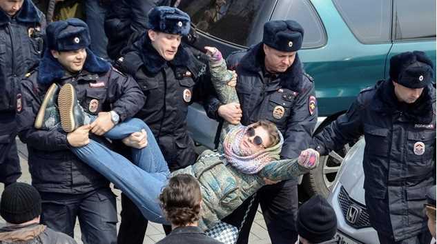 Marchan en Rusia contra la corrupción, detienen a opositor de Putin