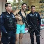 Policía Federal presta arma y posan con turista en Playa del Carmen