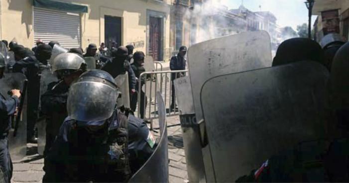Policía reprime a maestros y normalistas en el Zócalo de Oaxaca