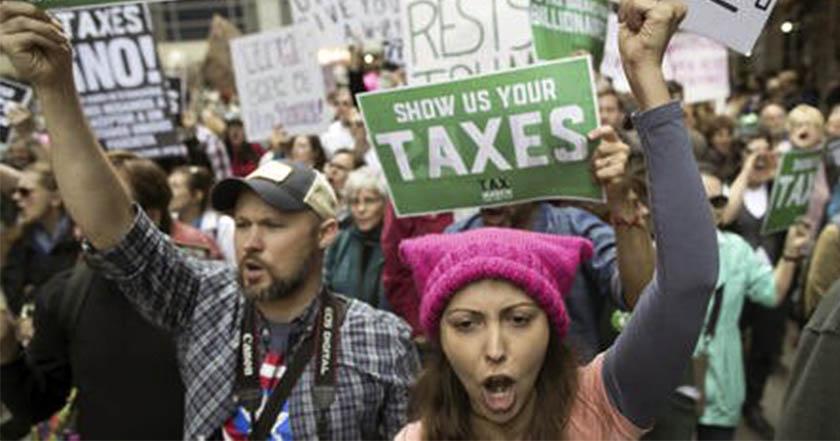 Estadounidenses exigen a Donald Trump presentar su declaración fiscal impuestos marcha demócratas