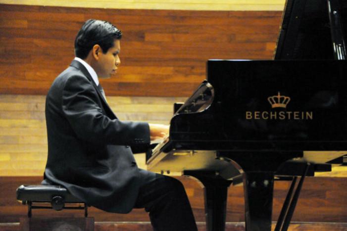 Pianista invidente recibe mención honorífica en examen profesional de música
