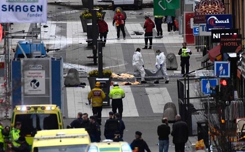 Camión arrolla a multitud en Estocolmo; causa varios muertos