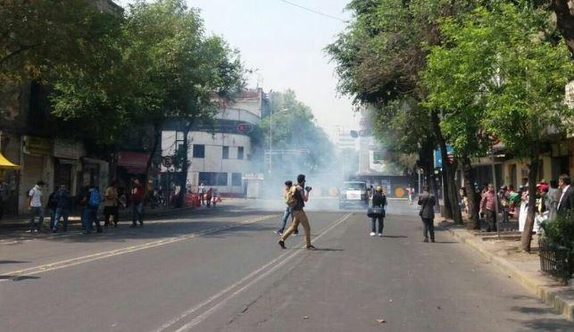 Reprimen a padres de los 43 con gases lacrimógenos en Segob