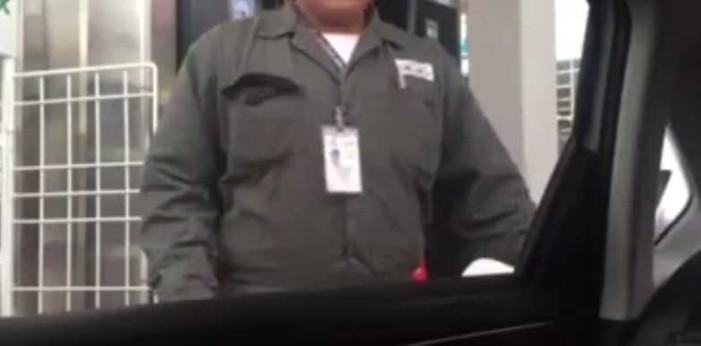 Exhiben a despachador de gasolina manipulando bomba (VIDEO)