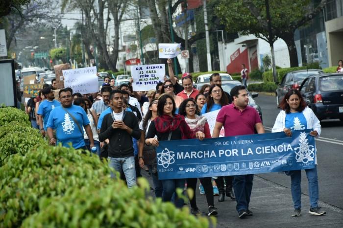 Marchan investigadores y científicos en defensa del conocimiento