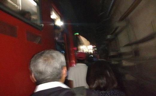 Usuarios caminaron por túneles del Metro por fallas en línea 7