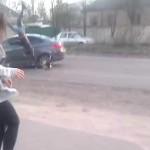 Conductor distraído por bailarina arrolla a motociclista (VIDEO)