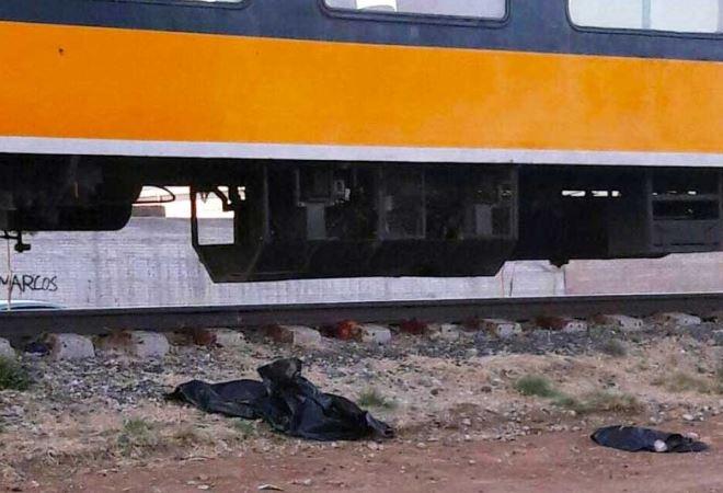 Mujer se suicidó con sus hijos; se sentó en las vías del tren con pequeños de 6 y 4 años