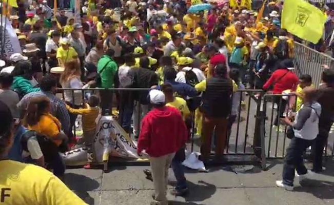 Se pelean y roban en la asamblea del PRD en el Zócalo, no va Mancera