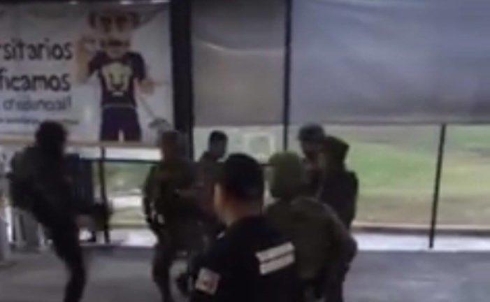 Militares y jóvenes protagonizan pelea a las afueras de FES Acatlán (VIDEO)