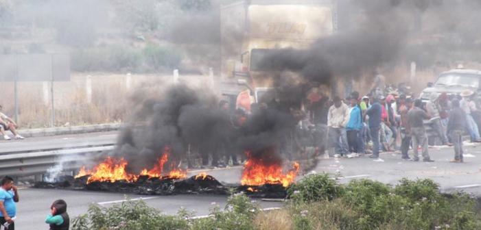 Habitantes de Palmarito bloquean autopista Puebla-Orizaba