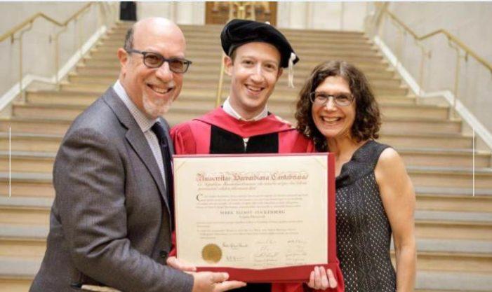 Mark Zuckerberg se gradúa en Harvard 12 años después