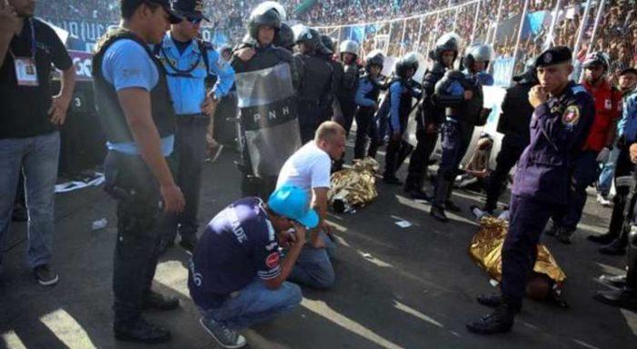Muertos y heridos deja estampida en final de fútbol en Honduras