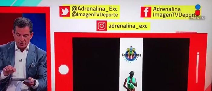 Javier Alarcón muestra en vivo imagen del 'negro del Whatsapp'