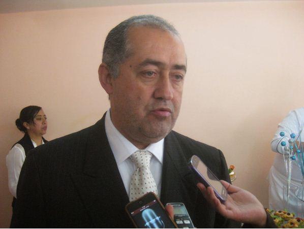 Alcalde de San Martín Texmelucan llora y acusa que líder tianguista lo extorsiona