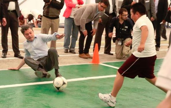 Aurelio Nuño cae vergonzosamente jugando 'cascarita' con niños de primaria