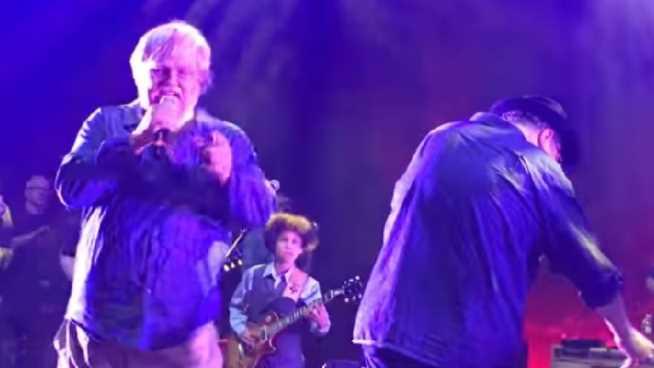 Sufre ataque en pleno concierto y su banda sigue tocando (VIDEO)