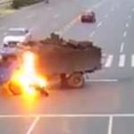 Motociclista choca contra camión y se incendia inmediatamente