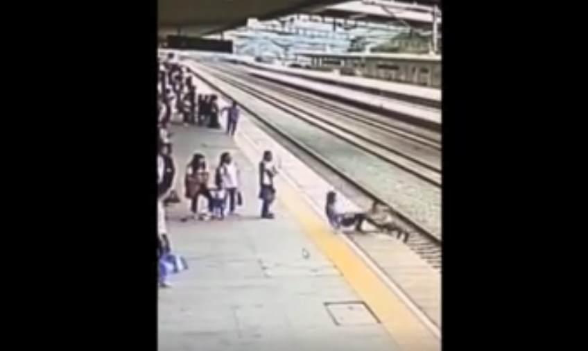 Hombre evita suicidio de una mujer en vías del tren
