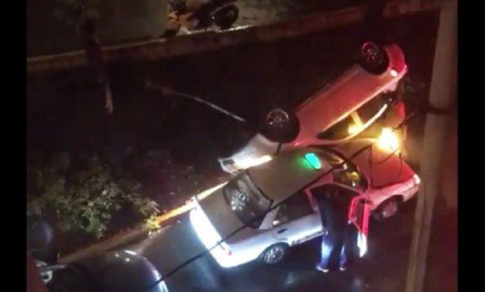 Coche salió disparado desde Churubusco a carriles laterales y cae sobre taxi