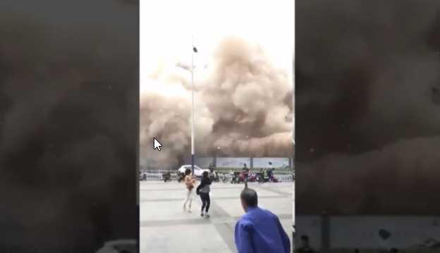 Asusta a transeúntes demolición en China (VIDEO)
