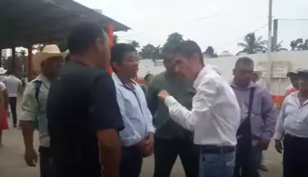 Amenaza diputado panista con balear a pobladores que 'sirve' (VIDEO)