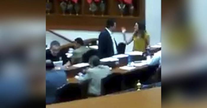 Priista da 'arrimón' a diputada en plena sesión del Congreso (Video)