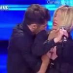 Acosan a cantante durante ensayo para televisión y ella tira a su agresor en Italia (VIDEO)