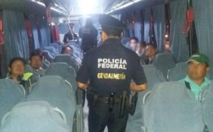 Tres sujetos asaltan camión donde viajaban 30 policías federales