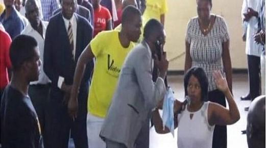 Un pastor africano ¿llama por teléfono a Dios?