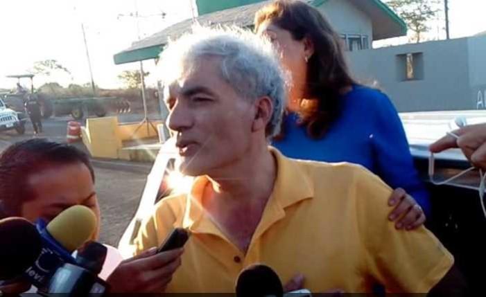 José Manuel Mireles sale del penal federal de Tepic