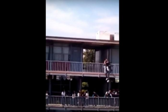 Jovencita intenta suicidarse al lanzarse del segundo piso de su escuela (Video)