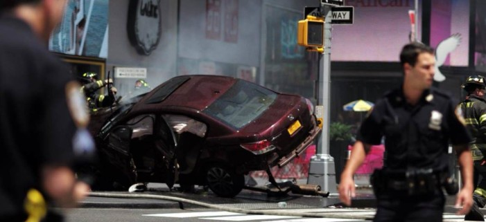 Automovilista arrolla a multitud en Times Square (Imágenes)