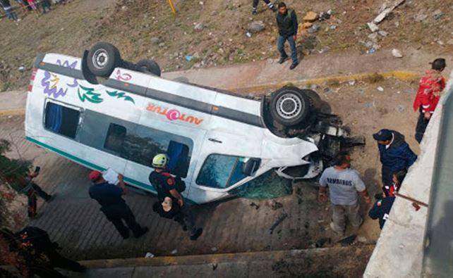 Mueren 3 extranjeros en volcadura en la México-Pirámides
