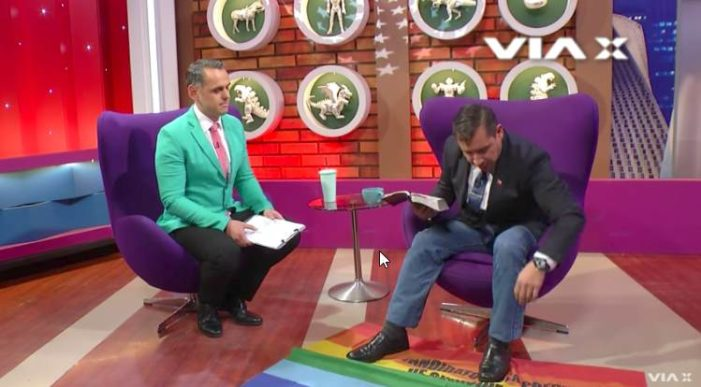 Pastor homofóbico utiliza bandera LGBT de alfombra en TV