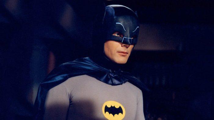 Falleció el actor Adam West, reconocido por ser el Batman original de la serie