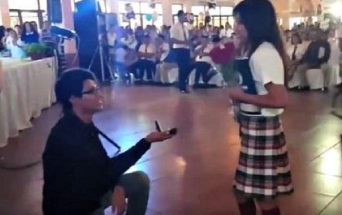 Recibe alumna de Bachilleres propuesta matrimonial en plena graduación; dio el sí