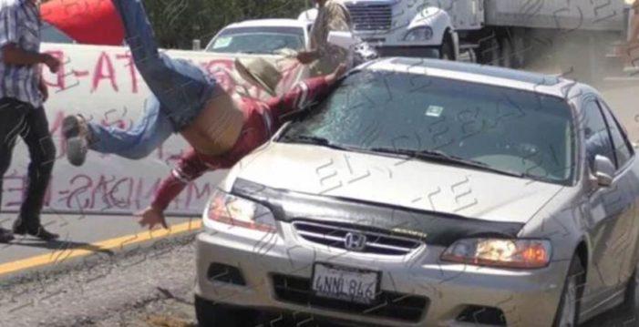 Momento exacto en que automovilista atropella a un productor en manifestación