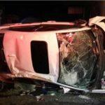Auto cae de puente de 15 metros, el conductor sólo se rompe una pierna