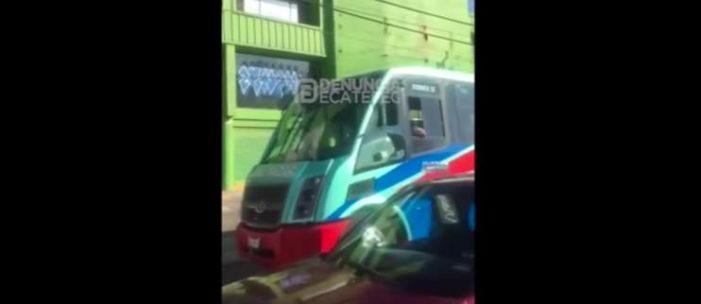 Conductores rodean a chofer de autobús que atropelló a persona