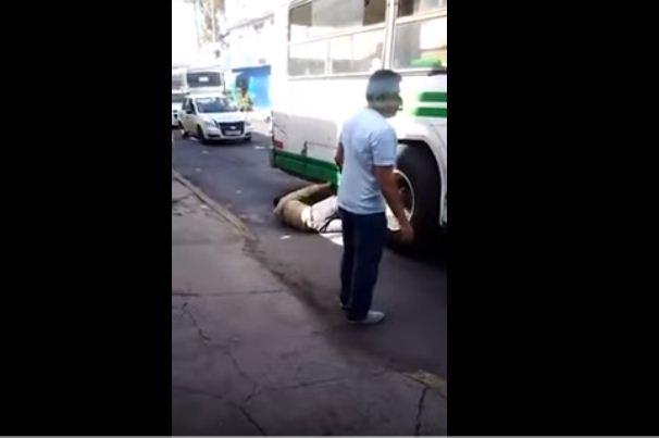 Ladrón intenta huir y queda atorado bajo un autobús en Edomex