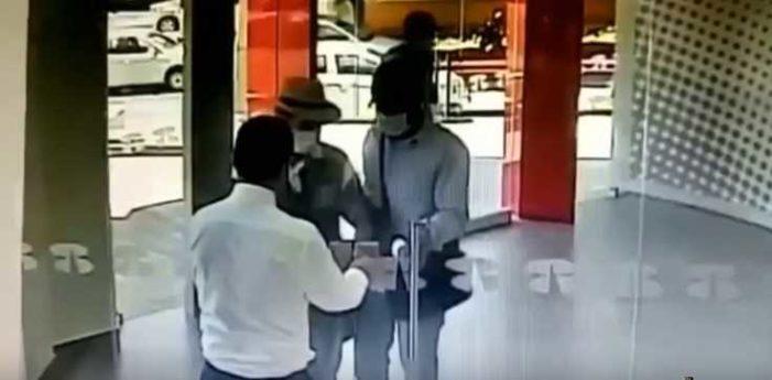 Ladrones llegan tarde a robo y les cierran la puerta en la cara (video)