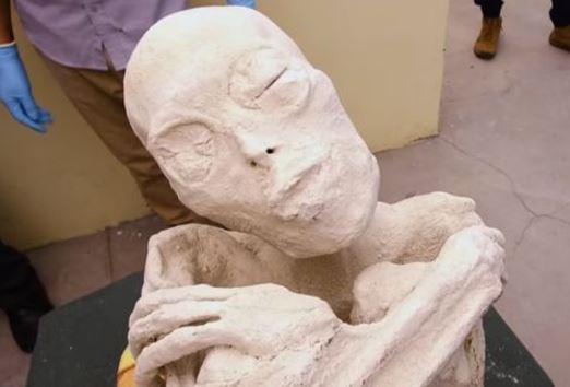 Hallan momia 'extraterrestre' en Perú
