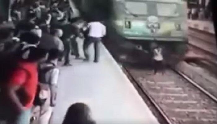Hablaba por teléfono, la atropelló un tren y salvó la vida (VIDEO)