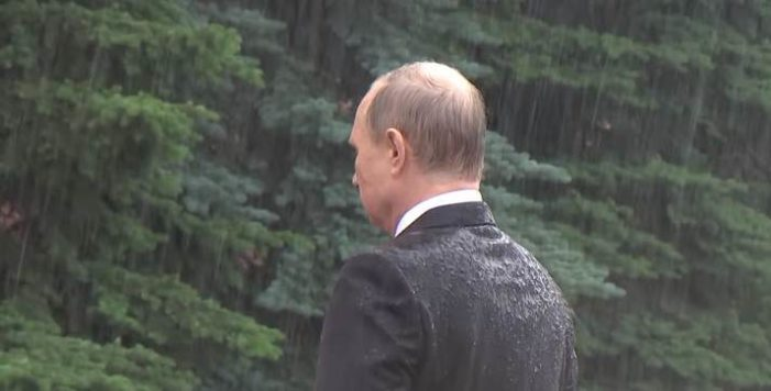 Vladímir Putin ignora intensa lluvia durante homenaje (VIDEO)