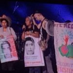 Padres de los 43 protestan en el escenario junto a  Residente
