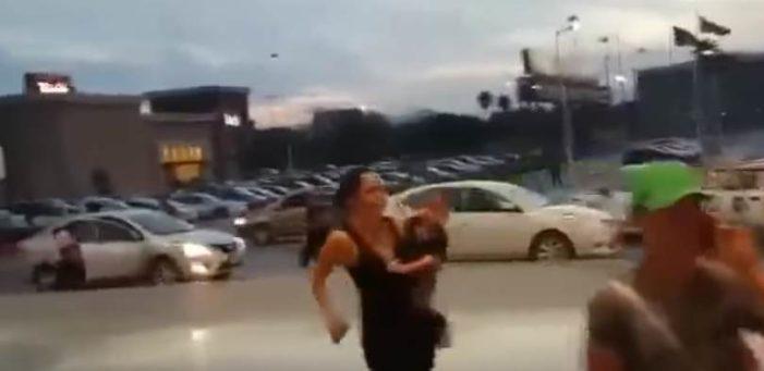 Taxistas destrozan auto de falso Uber en Apodaca, Nuevo León