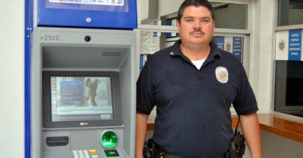 Policía devuelve seis mil pesos que encontró en cajero automático