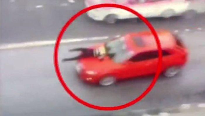 Vehículo arrastra a policía en Balderas para evitar infracción (VIDEO)