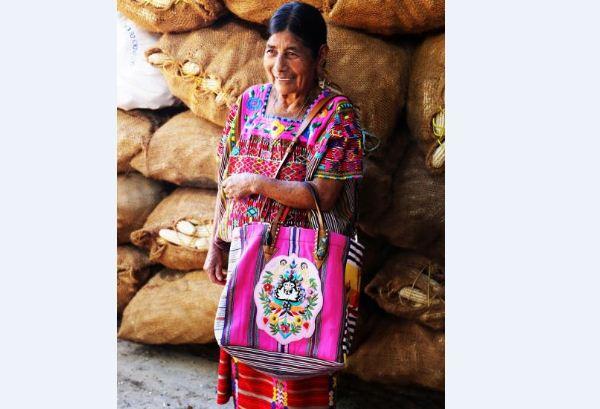 Pagan 200 pesos a indígenas mayas de Yucatán por bolsos que venden en 28 mil